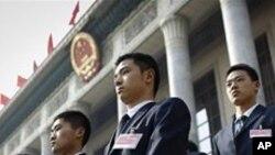 中國安保人員在北京人民大會堂前巡邏(資料圖片)