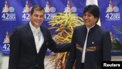 Los presidentes de Ecuador, Rafael Correa, y de Bolivia, Evo Morales, durante la inauguración de la 42a. Asamblea General de la OEA, en Cochabamba, Bolivia.