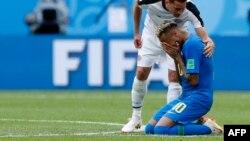 Bryan Oviedo, du Costa Rica, félicite le Brésilien Neymar en pleurs après le match du groupe E à la Coupe du monde de football 2018 au St Petersburg Stadium à Saint-Pétersbourg, Russie, 22 juin 2018.