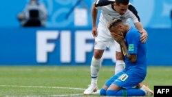 Neymar ôm mặt khóc trong trận đấu với Costa Rica hôm 22/6.