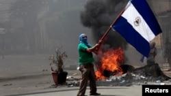Un manifestante ondea la bandea de Nicaragua durante una protesta en Monimbo, el 12 de mayo de 2018.
