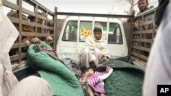 ຊາຍຄົນນື່ງນັ່ງຢູ່ທາງຫລັງລົດກະບະຄັນນຶ່ງ ທີ່ບັນທຸກສົບຜູ້ໃຫຍ່ແລະເດັກນ້ອຍ ທີ່ກ່າວກັນວ່າ ຖືກທະຫານອາເມຣິກັນຄົນນຶ່ງ ຍິງຕາຍໃນວັນອາທິດ ທີ 11 ມີນານີ້ ທີ່ເມືອງ Panjwai ແຂວງ Kandahar ພາກໃຕ້ຂອງອັຟການິສຖານ. (AP Photo/Allauddin Khan)