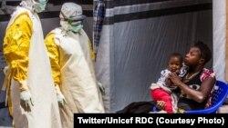 Une enfant dans les mains de sa mère en train de suivre des soins au Centre de traitement d'Ebola à Butembo, Nord-Kivu, sur une photo publiée le 31 juillet 2019. (Twitter/Unicef RDC)