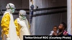 Umwana afiswe na nyina ari ku kigo kivurirwamwo abanduye Ebola i Butembo, mu buraruko bw'intara ya Kivu, itariki 31/07/2019.