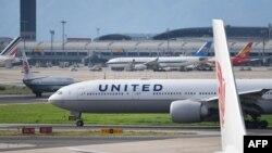 北京機場上停著一架美國聯合航空公司的波音777飛機。(2018年7月25日)
