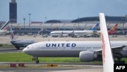 美国联合航空公司一架波音777飞机在北京机场等候起飞(法新社2018年7月25日)