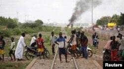 Quelques personnes traversent les rails à Ouagadougou, Burkina Faso, 19 septembre 2015.