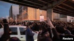 Manifestantes protestan en Teherán el 11 de enero de 2020. (Foto obtenida por Reuters de las redes sociales)