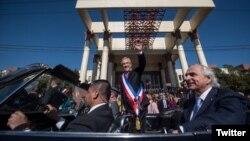 El presidente de Chile, Sebastián Piñera, sale del Congreso en Valparaiso, luego de su primer mensaje a la nación dos meses y medio después de asumir el cargo.