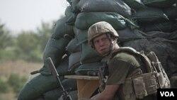 Seorang tentara Amerika sedang berjaga di sebuah pos di provinsi Helmand, Afghanistan (27/8).