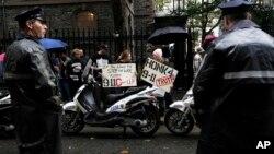 La policía de Nueva York observa a un grupo de personas que protestan ante lo que consideran una conspiración del gobierno de EE.UU. para destruir las Torres Gemelas.