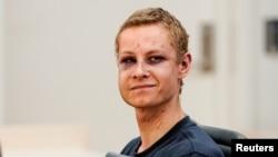 ناروے کی مسجد میں فائرنگ کا ملزم فلیپ مینشوس کمرہ عدالت میں۔