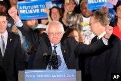 Bernie Sanders New Hampshire'da zafer konuşmasını yaparken