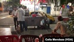 Venezolanos que han emigrado a Colombia reciben ayuda en las calles de Cúcuta.