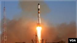 Peluncuran pesawat ulang-alik Progress dari Baikonur, Kazakhstan, Minggu (30/10).