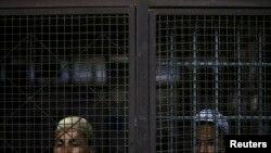မွတ္တမ္းဓာတ္ပံု။ ထိုင္းႏုိင္ငံကို တရားမ၀င္ ၀င္ေရာက္လာသူေတြကို လူ၀င္မႈ ႀကီးၾကပ္ေရး အခ်ဳပ္ခန္းမွာ ထိန္းသိမ္းထားစဥ္။ ၂၀၁၃။