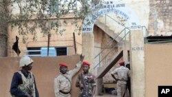 Des soldats devant la prison de Niamey, au Niger, le 1er juin 2013.
