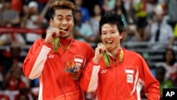 Pasangan ganda campuran Tontowi/Liliyana berpose dengan medali emas di Olimpiade Rio 2016 bertepatan dengan HUT Kemerdekaan Indonesia ke-71, Rabu (17/8).