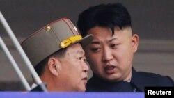 Lãnh tụ Triều Tiên Kim Jong Un nói chuyện với Choe Ryong Hae, Tổng thư ký Đảng Lao động, trong một cuộc diễu hành kỷ niệm 60 năm chiến tranh Triều Tiên, Bình Nhưỡng, 27/7/2013.