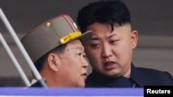 Pemimpin Korea Utara Kim Jong-un (kanan) berbicara dengan Choe Ryong Hae dalam sebuah acara parade di Pyongyang (foto: dok).