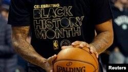 Yon jwè baskètbòl nan Boston ki gen yon mayo ki ekri Black History Month, ki vle di mwa yo selebre Istwa Moun Nwa yo Ozetazini. Foto: Premye fevriye 2017.