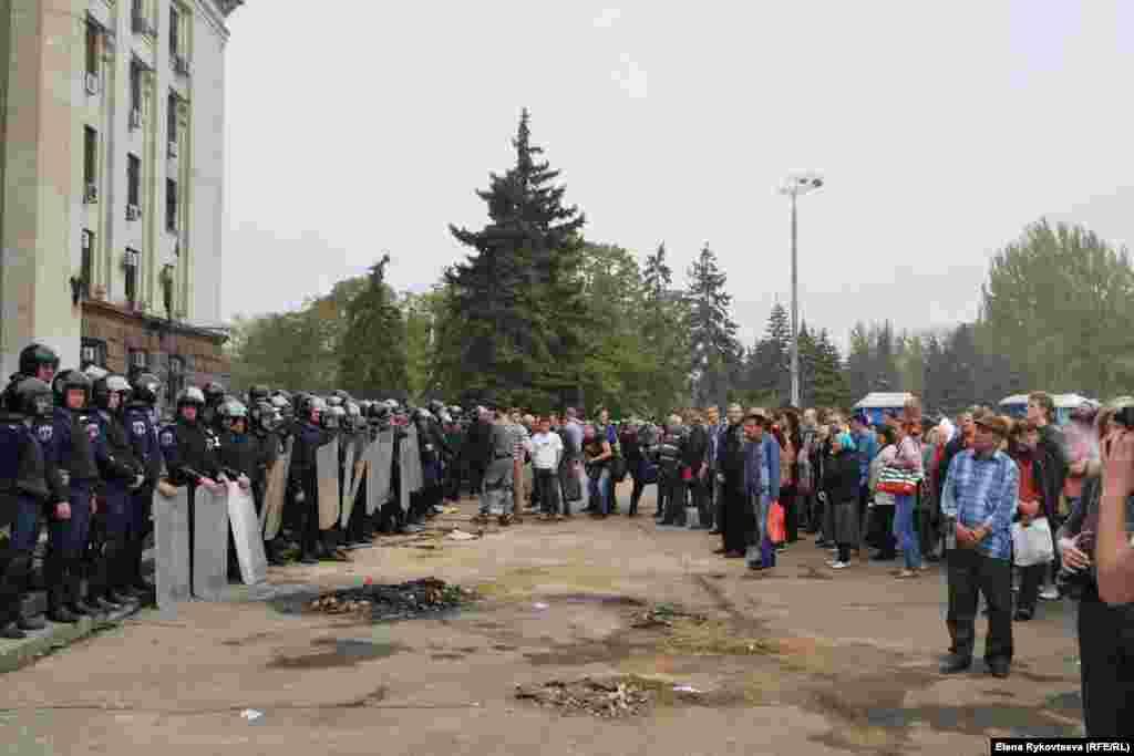 Вдень перед Будинком профспілок, у якому у п'ятницю загинули понад 30 осіб, зібрались люди. За словами Говарда Амоса (@howardamos), який перебуває в Одесі, вшанувати загиблих прийшли переважно про-російськи налаштовані громадяни.