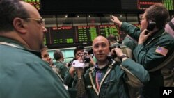 Traders work the crude oil options pit at the New York Mercantile Exchange, May 6, 2011.