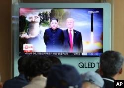 TV gledaoci u Seulu prate susret predsednika SAD i Severne Koreje, 11. jula 2018.
