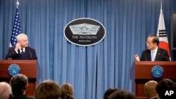 펜타곤에서 열린 제42차 한미 연례안보협의회(SCM)에서 공동기자회견을 갖는 한국의 김태영 국방장관(우), 로버트 게이츠 미 국방장관(좌)