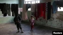 28일 시리아 알레포 북부의 반군 점령 지역의 무너진 학교터에 아이들이 보인다.