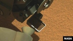 First Martian material collected by the scoop on the robotic arm of NASA's Mars rover Curiosity (Photo: NASA/JPL-Caltech/MSSS)