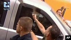 미 대사관을 공격하는 반정부 시위대 (시리아 반정부 TV 방송 'Addounia')