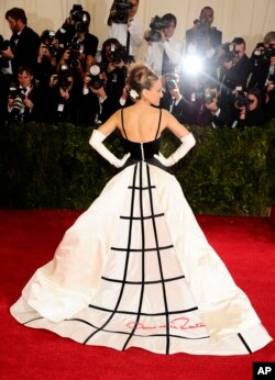 Actor Sarah Jessica Parker wears an Oscar de la Renta dress earlier this year.