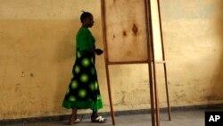 Mjigaji kura akielekea ndani ya mahala pakupigia kura mjini Bujumbura, Burundi, wakati wa uchaguzi wa, Juni 28, 2010.