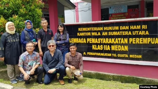 Kunjungan tokoh dan aktivis HAM ke Lapas Tanjung Gusta Medan, di mana Meiliana dipenjara. (courtesy: Musdah Mulia)