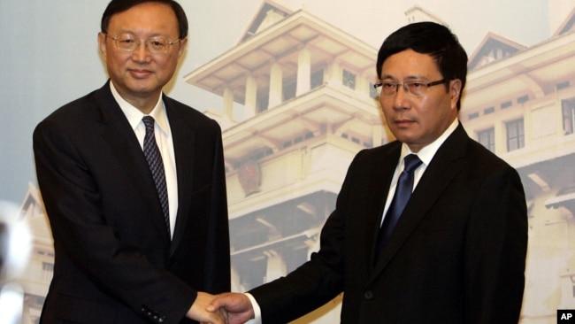 Quan chức hai nước gặp mặt khi xảy ra vụ giàn khoan 981 năm 2014.