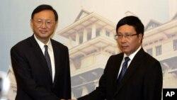 Ủy viên Quốc vụ viện Trung Quốc Dương Khiết Trì và Phó Thủ tướng Việt Nam Phạm Bình Minh tại Hà Nội năm 2014, khi quan hệ hai nước rơi xuống mức thấp vì giàn khoan dầu 981.