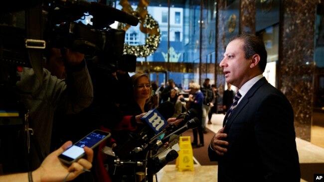 Fiscal General de los Estados Unidos para el Distrito Sur de Nueva York Preet Bharara habla con los periodistas en Trump Tower, el miércoles 30 de noviembre de 2016, en Nueva York.