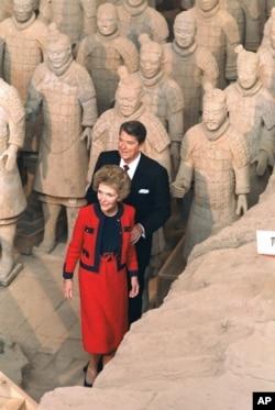 1984年4月29日美国总统里根和夫人在访华期间,在西安参观了真人大小的兵马俑。