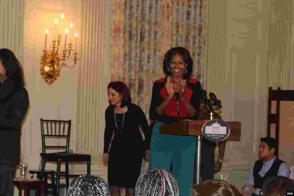 Michelle Obama le dijo a los estudiantes participantes que espera que utilicen las experiencias de los artistas hispanos para motivarse a luchar por sus sueños.