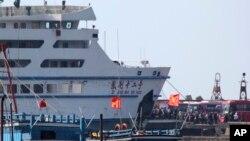 5月19日工人登上中國船隻。