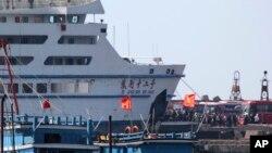 Công nhân Trung Quốc lên tàu về nước tại cảng Vũng Áng, tỉnh Hà Tĩnh, Việt Nam, ngày 19/5/2014.