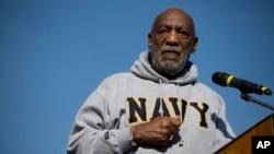 Cosby se alistó en la Armada en 1956 y sirvió como farmaceuta hospitalario antes de ser dado de baja honorablemente en 1960 como suboficial de tercera clase.