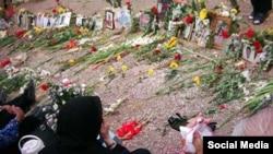 تصویری از گردهمایی خانواده های اعدام شدگان سال ۶۷ بر مزار آنها در گورستان خاوران در شرق تهران.