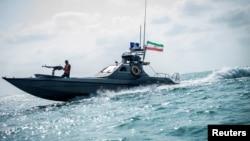 伊朗革命衛隊的一艘武裝船隻在海岸附近行駛。(2019年8月22日)