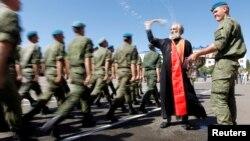 Російський священик благословить солдатів