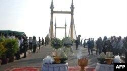 Buổi lễ tưởng nhớ tại cây cầu hẹp nơi các nạn nhân bị giẫm chết trong lễ hội nước