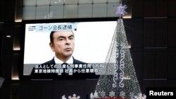 Sebuah layar televisi raksasa di jalanan Tokyo, Jepang, menayangkan berita penangkapan pimpinan perusahaan Nissan, Carlos Ghosn, 21 November 2018. (Foto: dok).