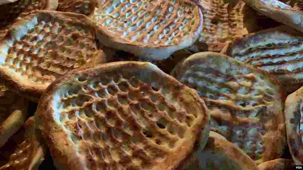 کشمیری نان، وسطی ایشیا اور چین کے صوبہ سنکیانگ میں ملنے والے نان اور روٹیاں مشابہہ ہوتی ہیں۔