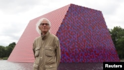 Artist Christo stands in front of his work The London Mastaba, on the Serpentine in Hyde Park, London, Britain, June 18, 2018. (REUTERS/Simon Dawson)